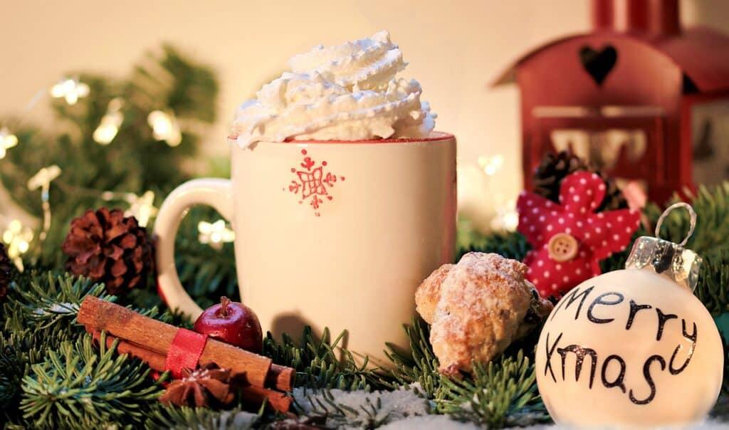 Vánoční zátiší s hrnkem čokolády a ozdobami.