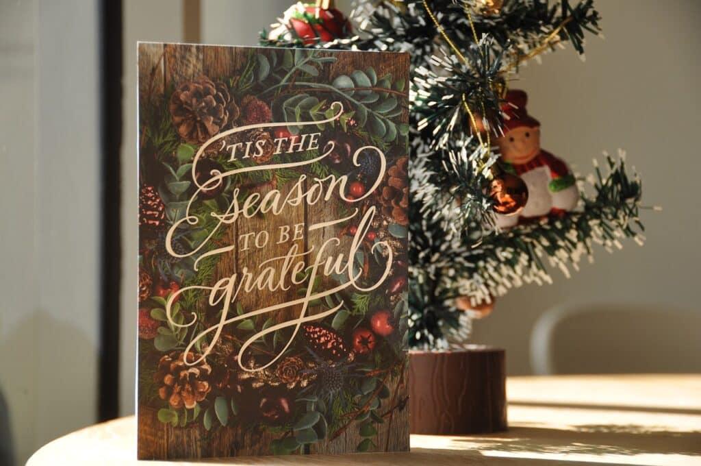 Elegantní vánoční přání u stromečku.