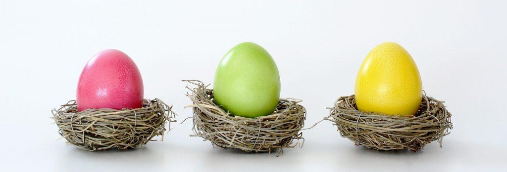 Velikonoční vajíčka různě nabarvená.