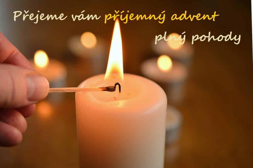 Zapalování svíčky na adventním věnci.