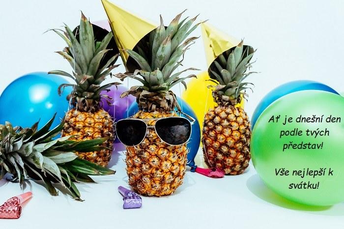 Obrázkové přání k svátku s ananasem se slunečními brýlemi a narozeninovou čepičkou.