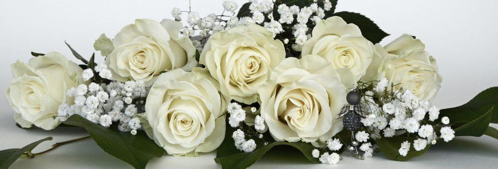 Kytice bílých růží k svátku pro Andreu.