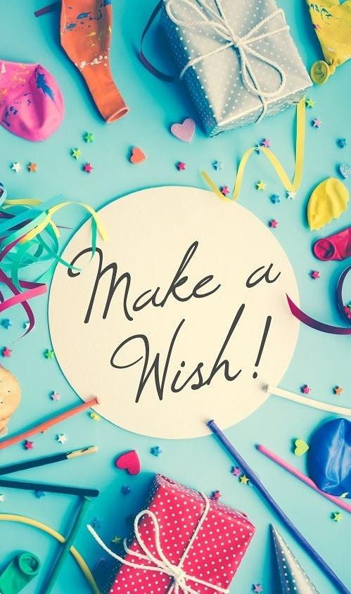 Foto s mátovým pozadím, dárky, balónky a nápisem Make a Wish!