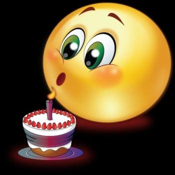 Emotikon sfoukávající svíčku na dortu.