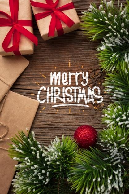 Vánoční elektronické přáníčko s jehličím a dárky.