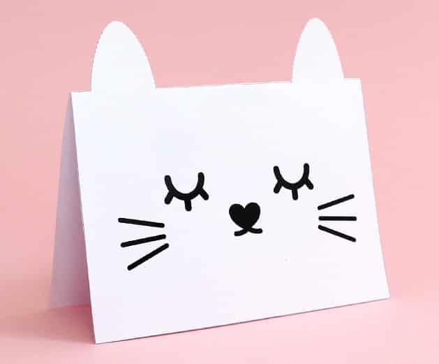Papírového přání k svátku s kočičkou.