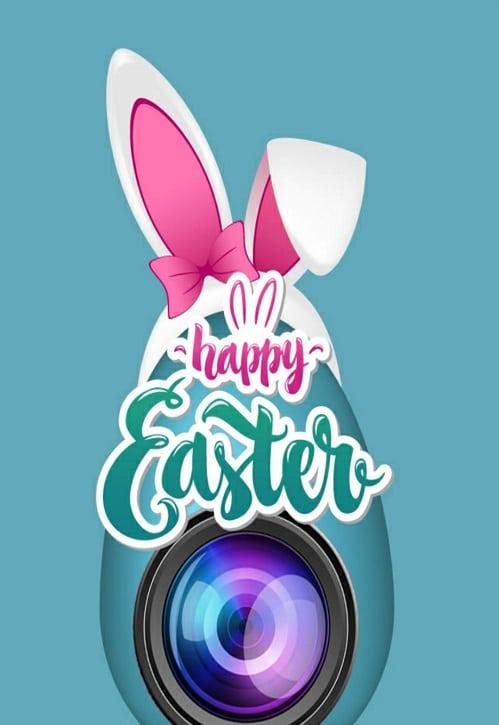 Kreslené bílé králičí uši na webkameře s nápisem Happy Easter.