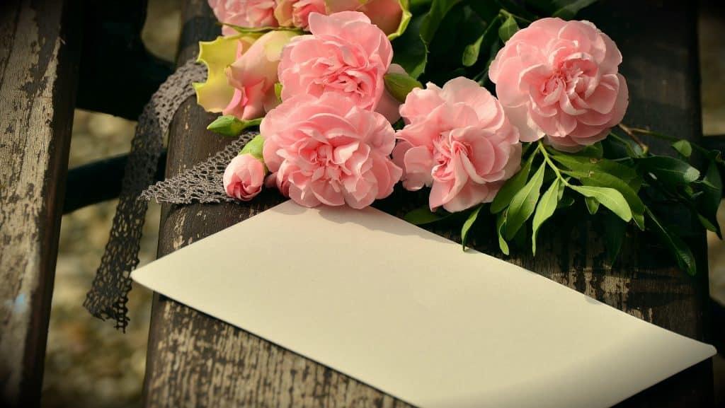 Kytice růží a blahopřání k svátku pro Aloisii.