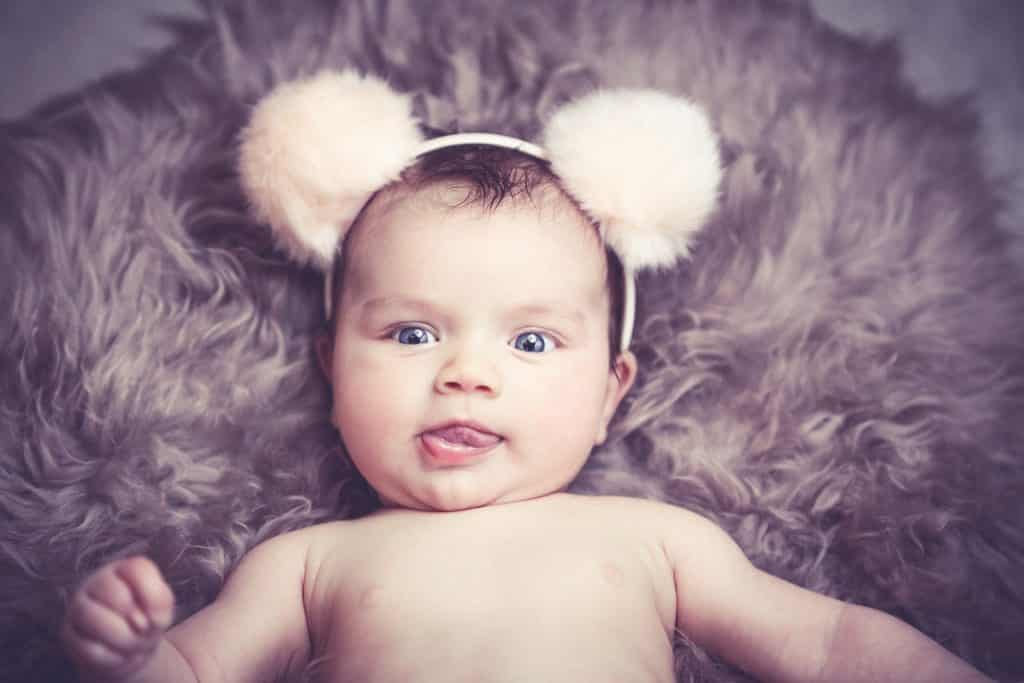 Krásné miminko s čelenkou.