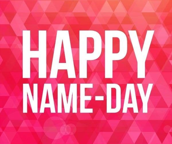 Anglický nápis happy name day na růžovém pozadí.