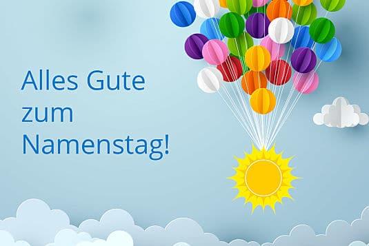 Světle modré blahopřání s nápisem Alles Gute zum Namenstag, se sluníčkem a balónky z papíru.