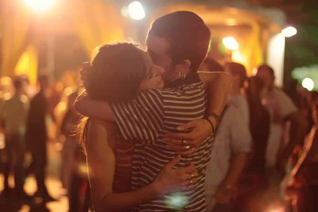Zamilovaná dvojice se objímá.