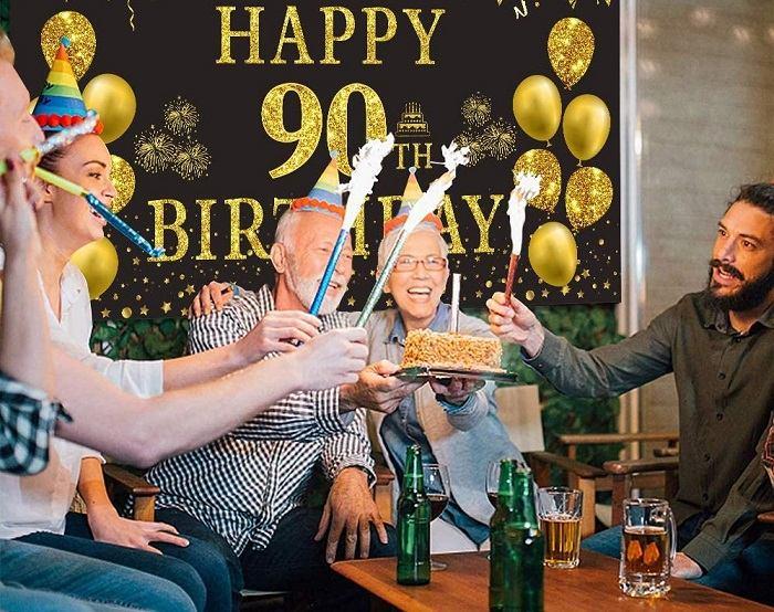 Oslava devadesátin dědečka, obklopeného rodinou.