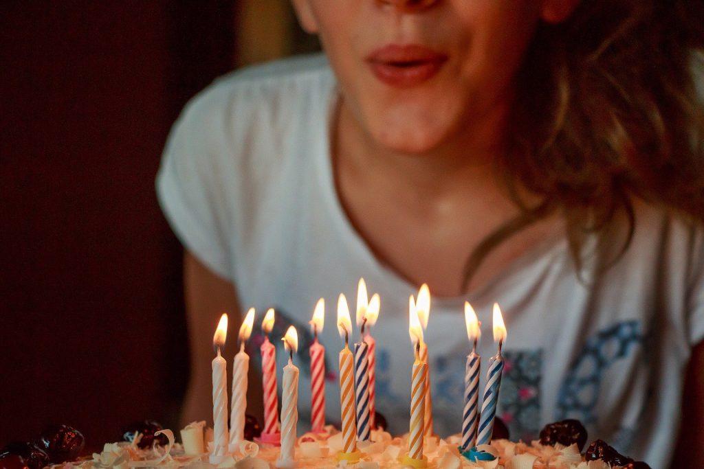 Oslava narozenin s dortem a svíčkami.