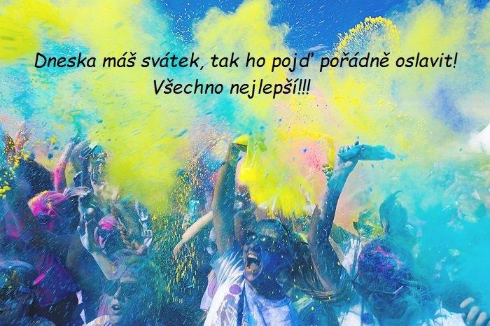 Dav na party vyhazující barevný prášek do vzduchu.