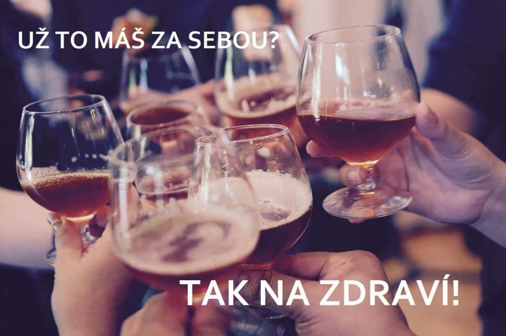 Přípitek sklenkami s alkoholem.