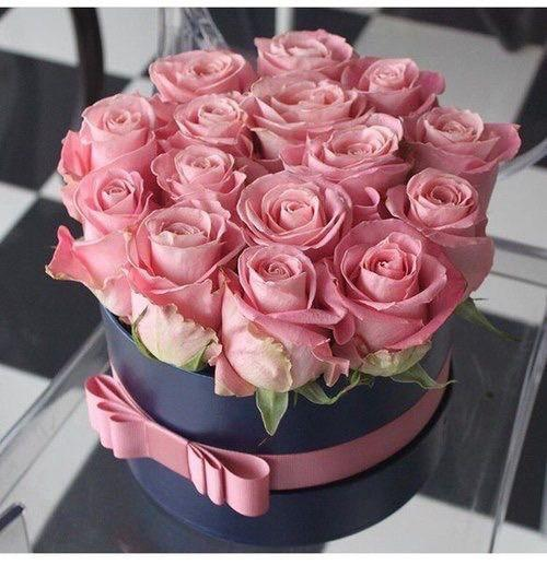 Růžové růže v šedé dárkové krabici.