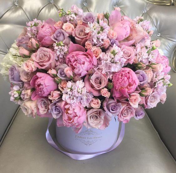 Růžová kytice v dárkové krabici.