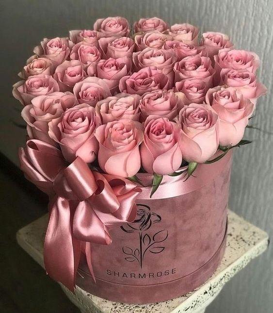 Růžové růžičky v dárkové krabici se stuhou.