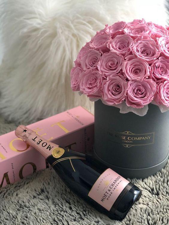 Růže v dárkové krabici a růžové šampaňské.