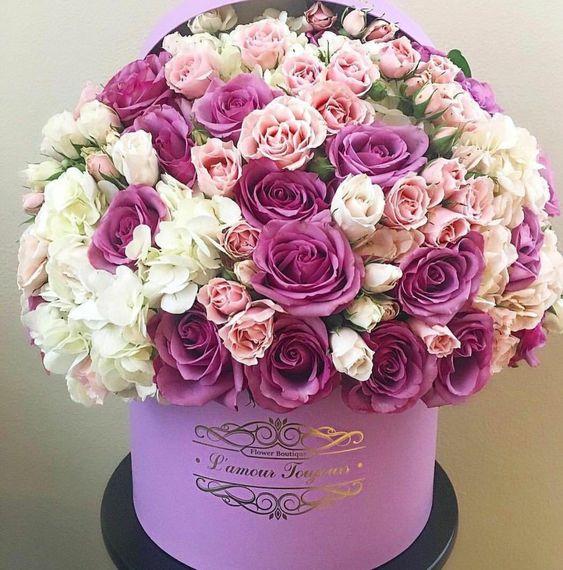Dárková krabice růžových kytek.