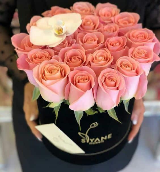 Dárková krabice s růžemi k svátku.
