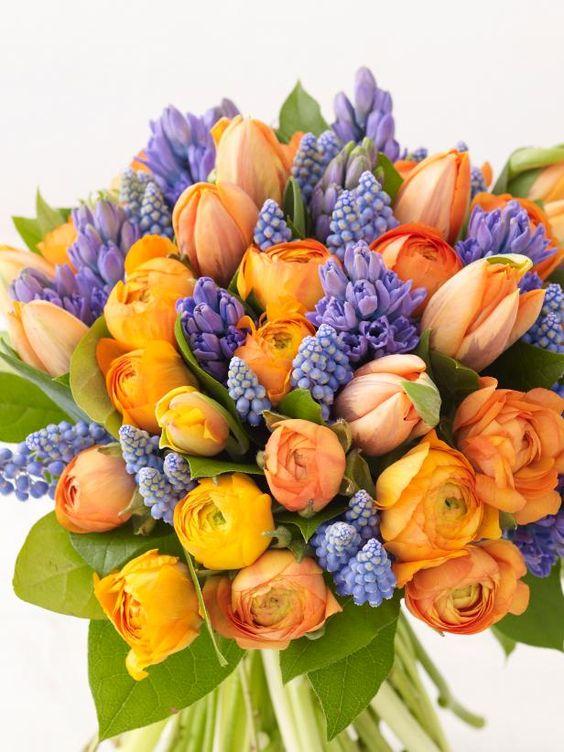 Oranžovo fialová dálková kytice k svátku.