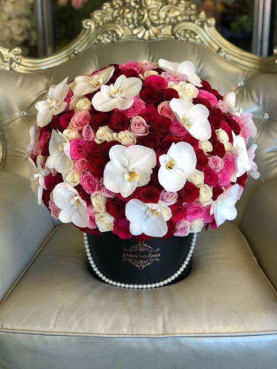 Bílo růžová kytice ke svátku v dárkové krabici.