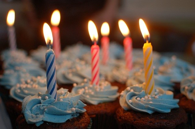 Přáníčko k svátku s malými dortíky se svíčkami.