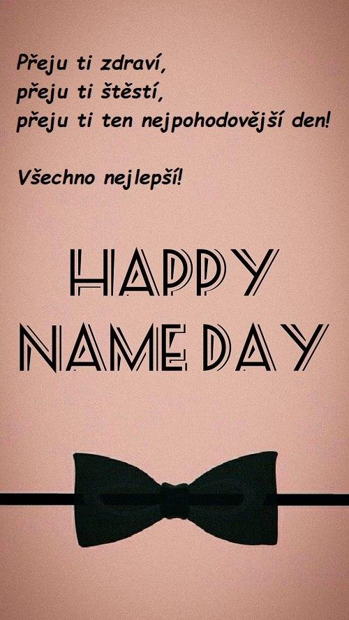 Nápis Happy name day s českým věnováním a černým pánským motýlkem.