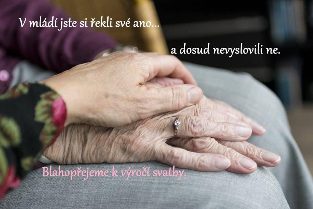 Ruce starých manželů na sobě.