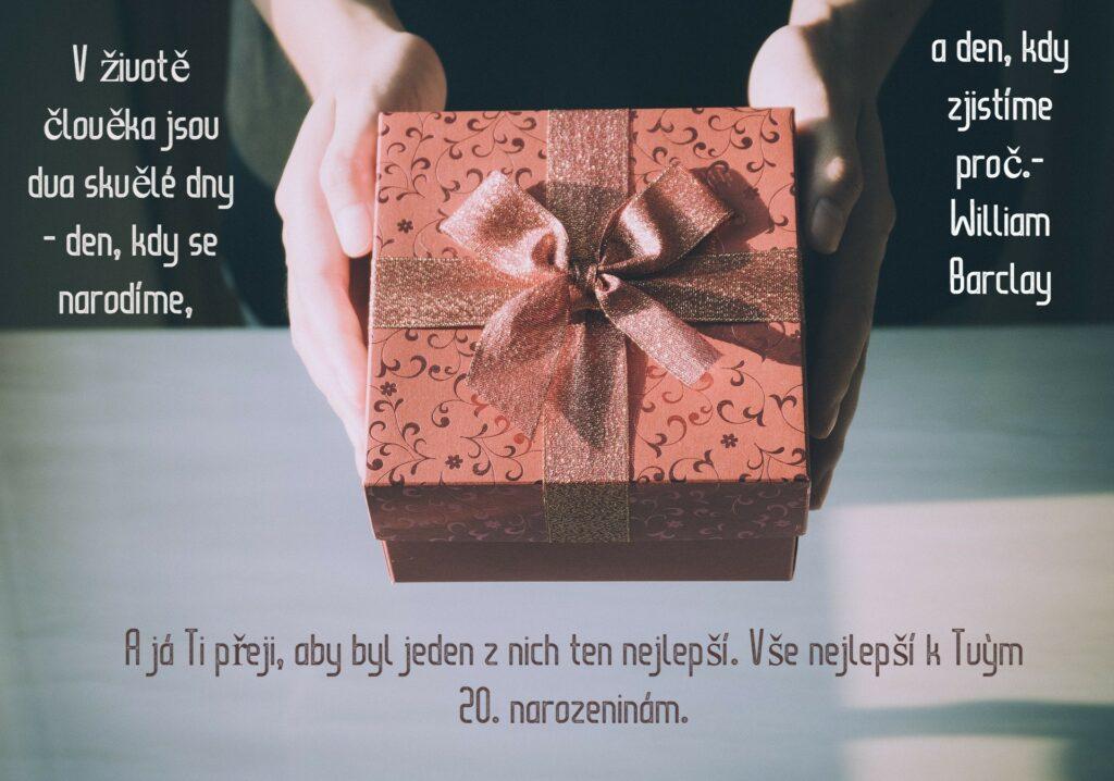 Pohled s textem a dárkem.