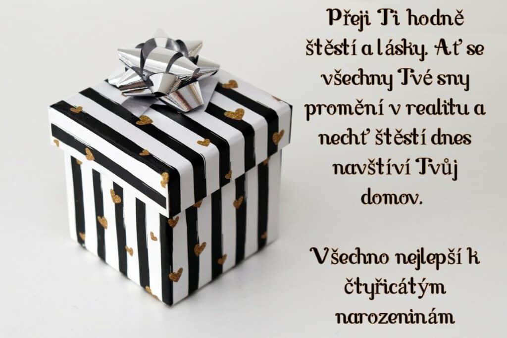 Pohled s blahopřáním a dárkem.