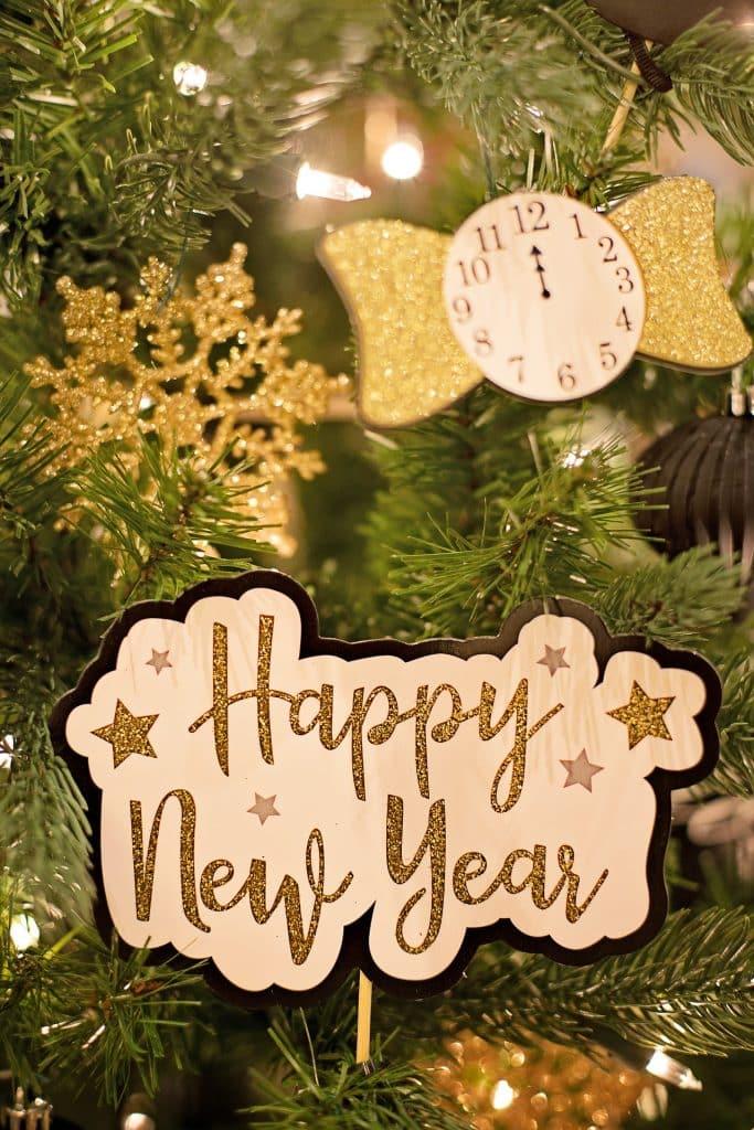 Fotka se stromečkem a blahopřáním k novému roku.