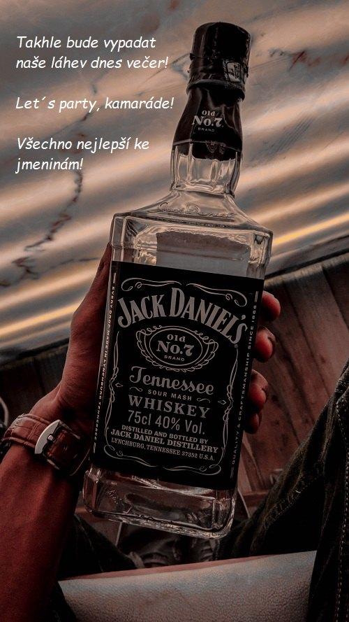 Mužská ruka držící prázdnou láhev Jacka Danielse s textovým přáním k svátku.