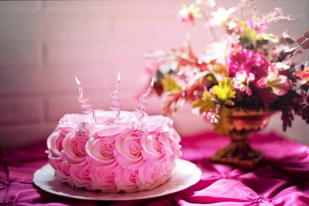 Krásný nazdobený růžový dort k svátku pro Adélu.