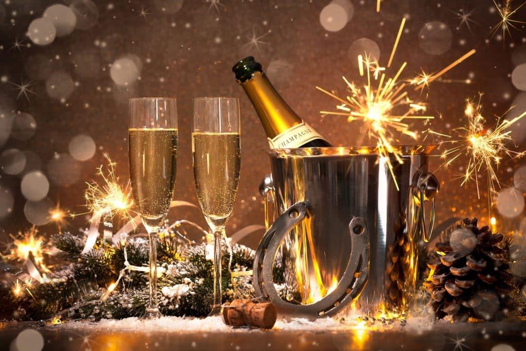 Obrázek silvestrovského přípitku jako jedna z témat na přání k novému roku.