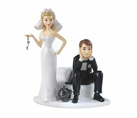 Soška nevěsty s klíčem a sedícího ženicha s koulí u nohy.