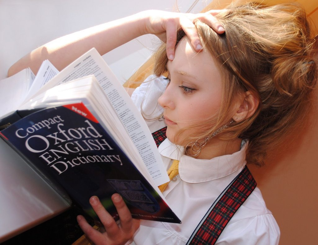 Studentka se učí na zkoušky k absolvování školy.