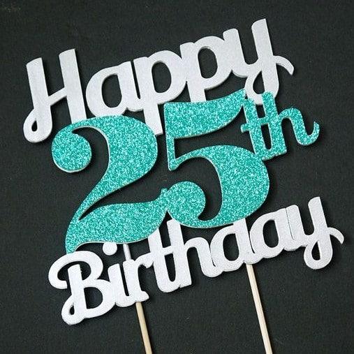 Třpytivý nápis Happy 25th Birthday na tmavém podkladu.