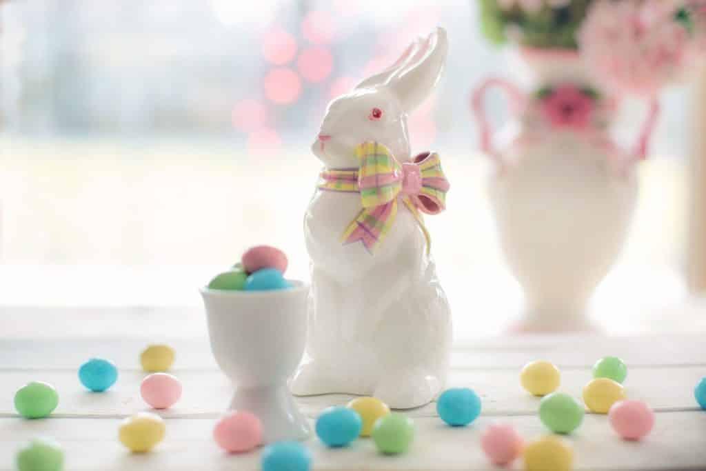 Porcelánový velikonoční zajíček s vajíčky.