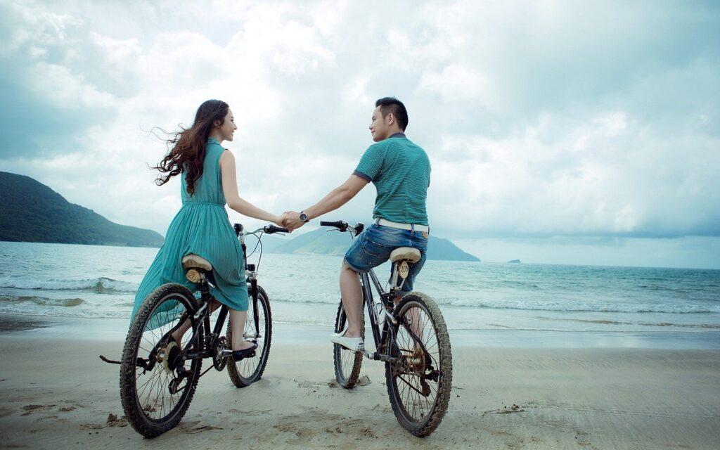 Pár na kolech na pláži.