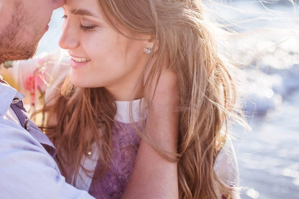 Muž objímá mladou ženu.