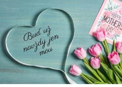 Vzkaz v srdíčku se svazkem tulipánů.