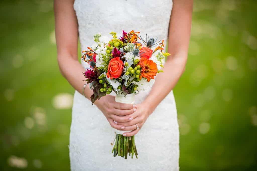 Krásná kytice v rukou ženy.