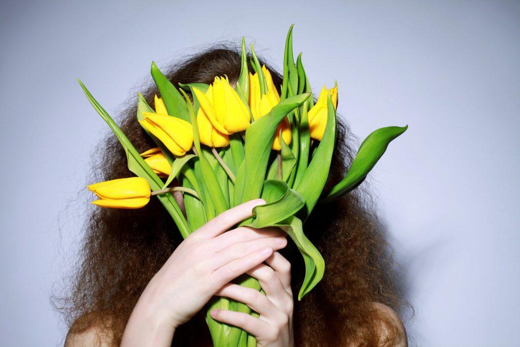 Žena s kyticí tulipánů k svátku.